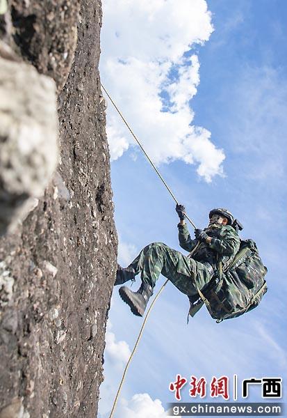 特战队员在进行山地攀登。许东 余海洋 张腾飞  摄影报道