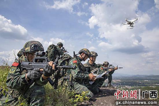 特战队员利用无人机实施现地侦察。许东 余海洋 张腾飞  摄影报道