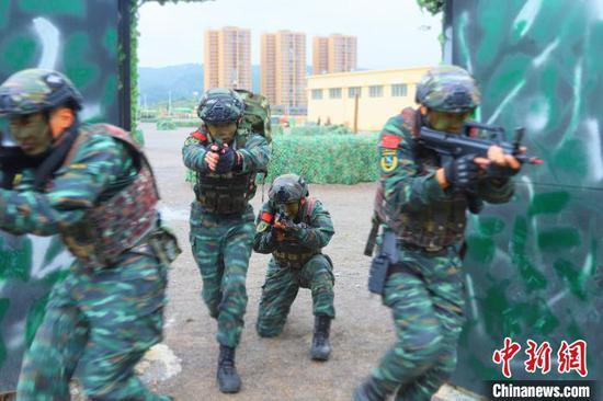 武警贵州总队机动支队开展反劫持演练