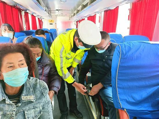 """温宿县公安局交通大队开展""""安全带就是生命带""""宣传活动"""