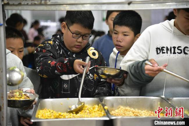 广西苗乡学校为学生推出六菜一汤自助餐 只需5.5元