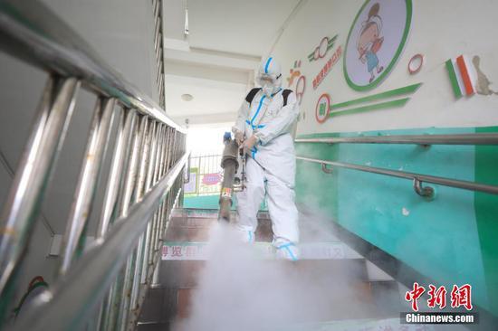 贵州遵义蓝天救援队对校园进行消杀防疫