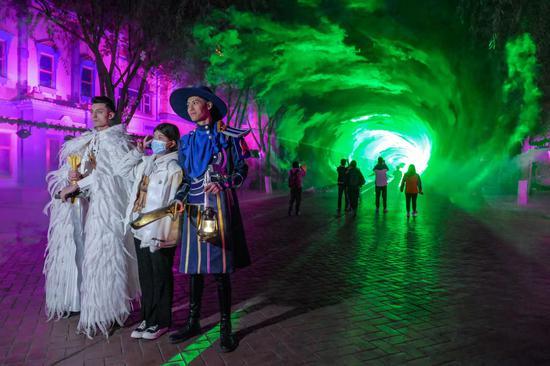"""全息""""时空隧道""""光影秀吸引游客体验"""