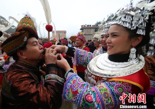 """广西村寨举行传统""""打同年"""" 民众联谊庆新春"""