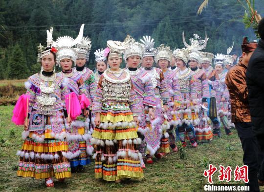 广西大苗山举行传统坡会 苗妹展风情